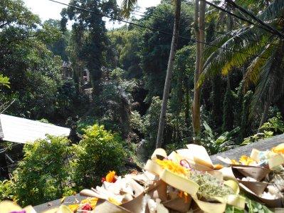 Des offrandes sur un pont, à base de fleurs, de riz et d'encens.
