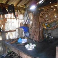 La case d'un agriculteur avec du café et du manioc.