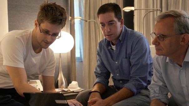 E. Snowden et les journalistes G. Greenwald et E. Mac dans sa chambre d'hôtel à Hong Kong. Photo de L. Poitras. Source http://www.hautetcourt.com/