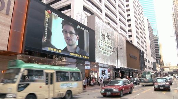 Interview d'E. Snowden diffusée dans les rues de Hong Kong le 09/06/2013. Photo de L. Poitras. Source http://www.hautetcourt.com/