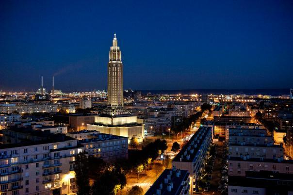 Le Havre et l'église St Joseph, la nuit.