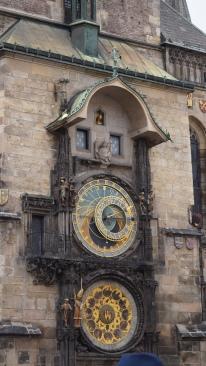 Horloge astronomique sur la place de la Vieille Ville.