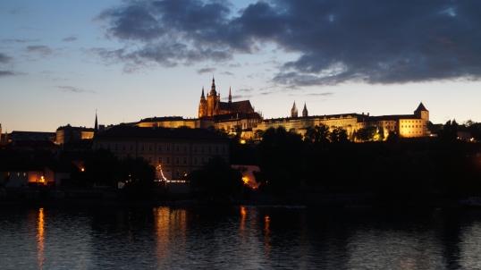 Prague de nuit. Vue sur le Château de Prague.