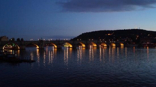 Le pont Charles de nuit.
