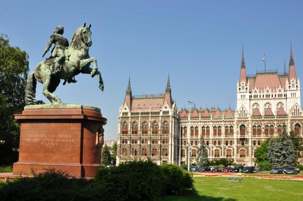 Statue du Prince Ferenc Rakoczi II et le Parlement - Budapest - Hongrie